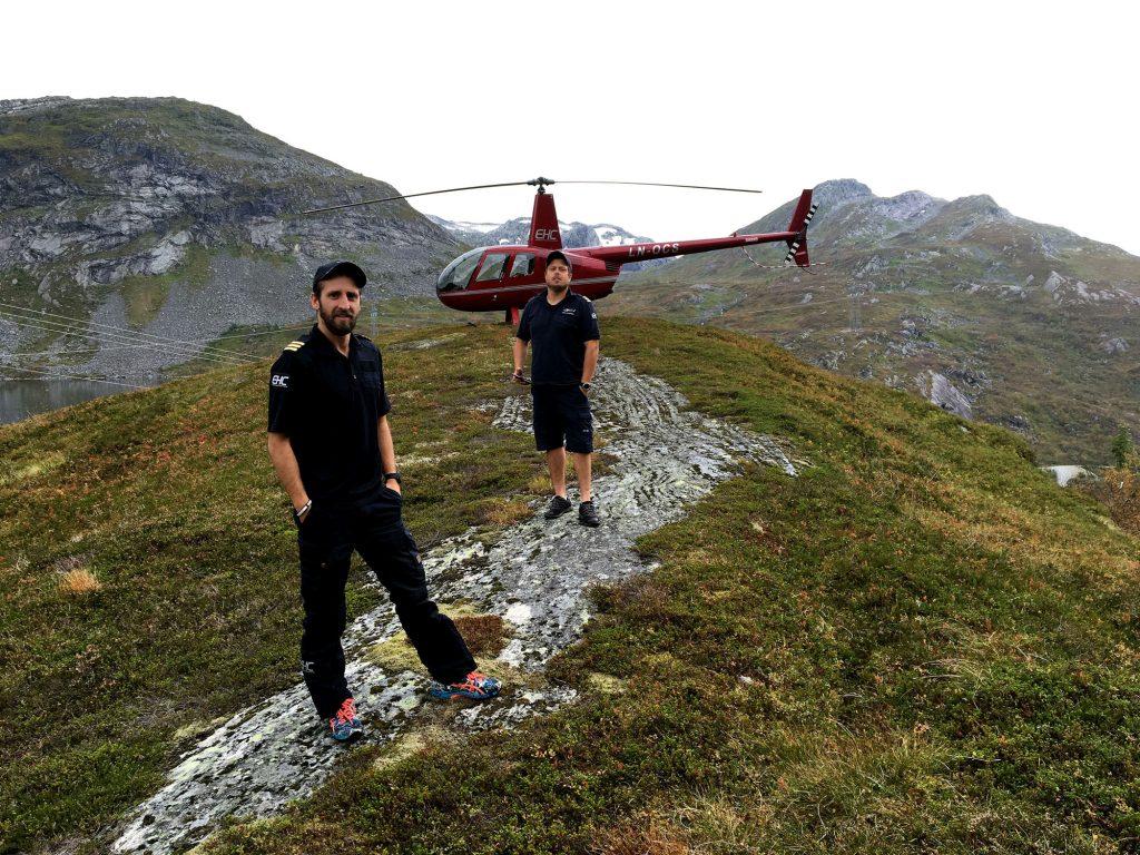 Som helikopterpilot har du varierte arbeidsdager, med nye utsikter hver eneste dag. Her er to av våre piloter avbildet på tur i Sogn og Fjordane, foran en av våre Robinson R44. Denne typen helikopter brukes ofte til sightseeing og persontransport.